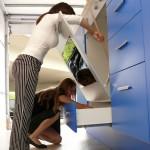 Dospělí v obří kuchyni v roli dětí