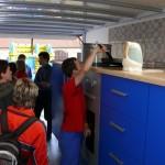 Návštěvníci obří kuchyně s výkladem